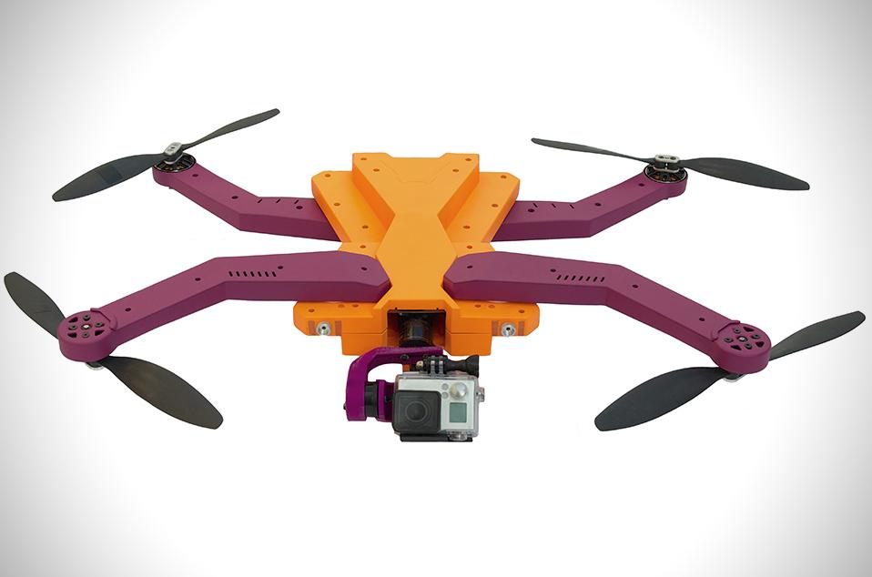 Schwebende AirDog-Drohne mit ausgefahrenen Flugarmen