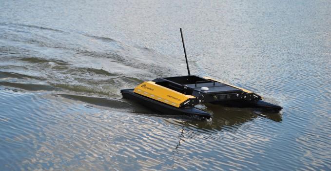 Unbemanntes Wasserfahrzeug fährt auf einem Gewässer