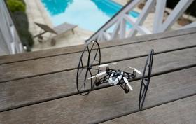 Mini-Drohne Rolling Spider mit montierten Stützrädern