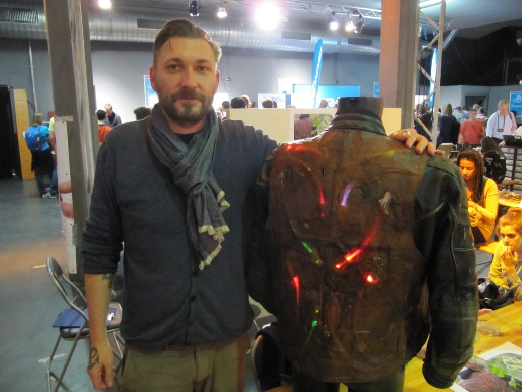 Bernhard Schipper von ScobyTec mit seiner Motorradweste aus bakterieller Zellulose
