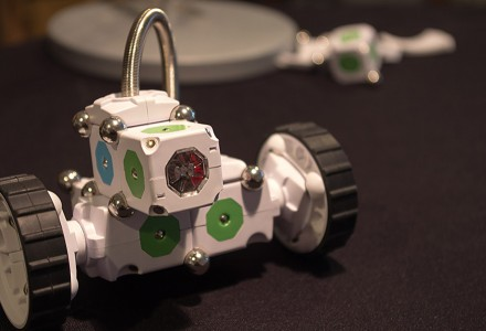 MOSS Zombonitron 1600 von Modular Robotics mit angeschlossenem Lichtsensor