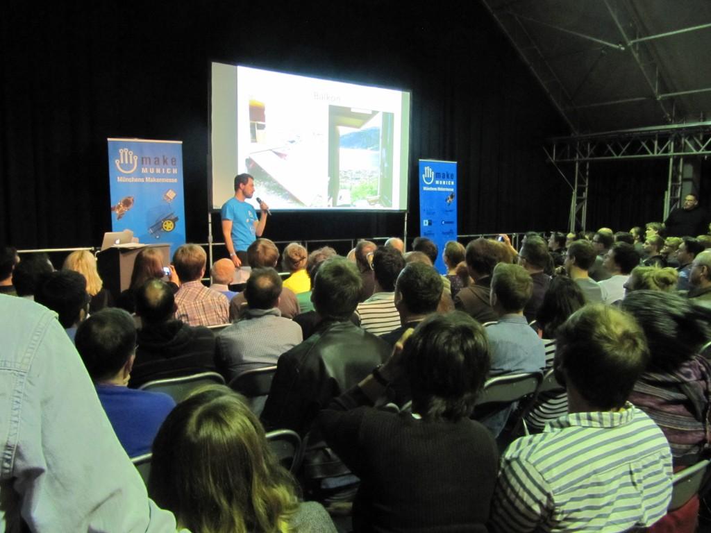Die Bühne mit der Leinwand für die Vorträge