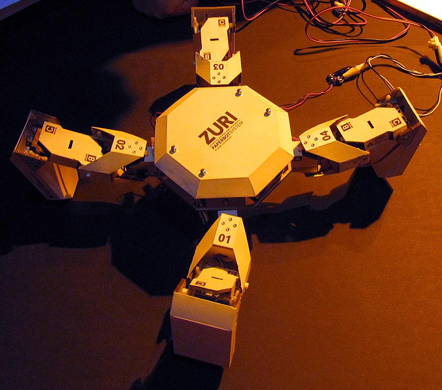 ZURI in klein aus Papier und Pappe mit vier Beinen.