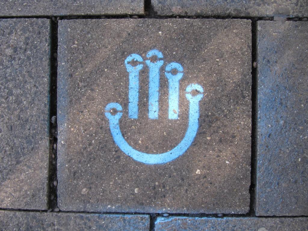 Das Logo der Make Munich auf dem Bürgersteig