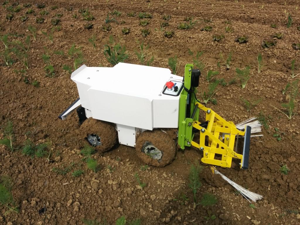 """Landwirtschafts-Roboter """"Oz"""" beim Pflügen"""