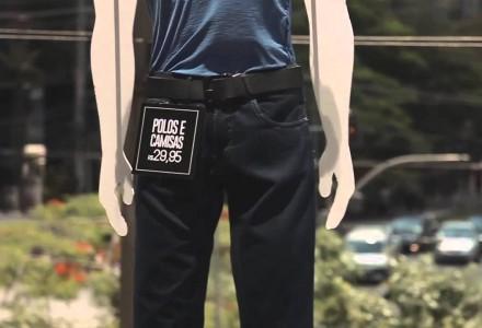 Drohnen führen Kleidungsstücke vor