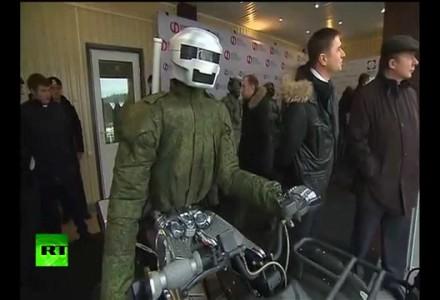Putin inszipiziert Cyborg
