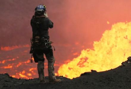 Drohne für spektakuläre Bilder eines brodelnden Vulkans geopfert.