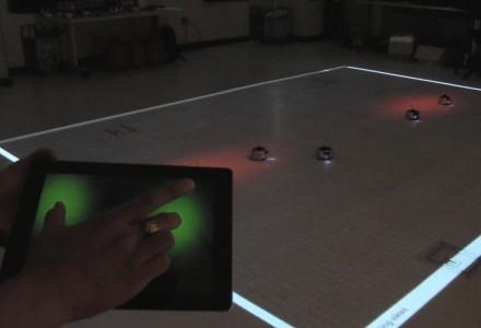 Einhändige Steuerung von Roboterschwärmen