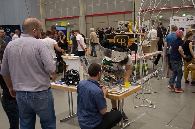 Das Planetarium der IGS Mühlenberg, rechts im Bild, ist auf der Maker Faire Hannover schon von weitem zu sehen.