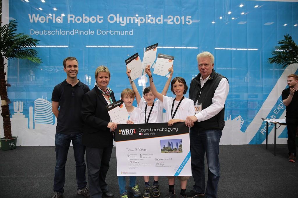 Das Team 3 Robos freut sich über das Ticket nach Katar. © WRO
