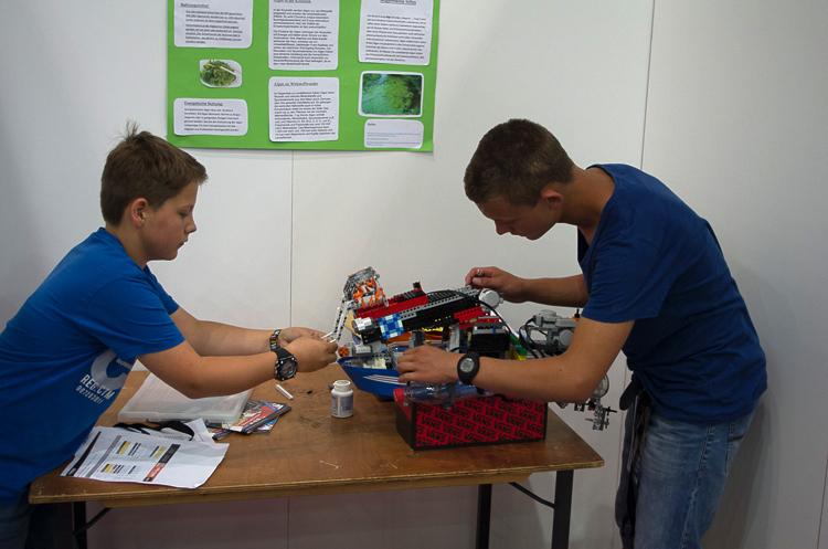 Teilnehmer der Open Category bereiten sich auf die Bewertung durch die Jury vor. © Roboterwelt