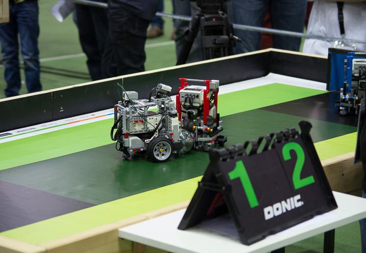 Vier Roboter statt 22 Spieler kämpfen um Tore. © Roboterwelt