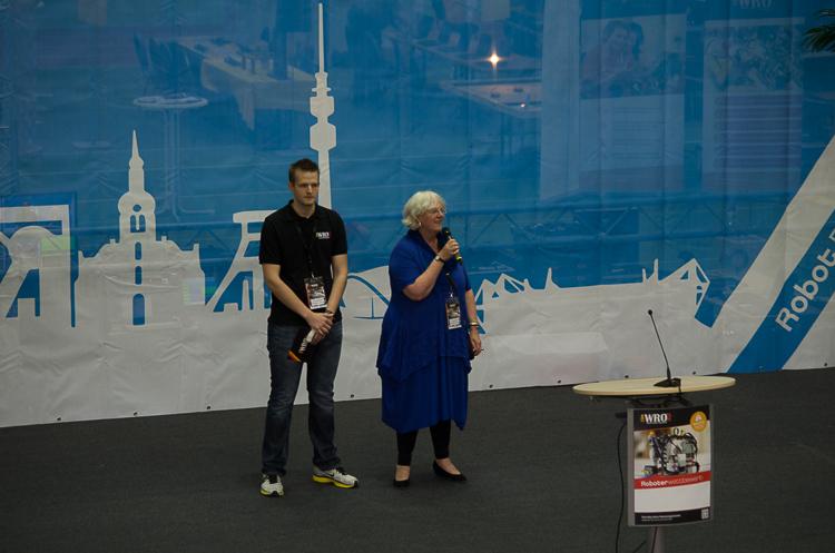 Markus Fleige von TECHNIK BEGEISTERT e.V. und Carnelia Ferber von der Initiative Dortmunder Talent begrüßen die Teilnehmer. © Roboterwelt
