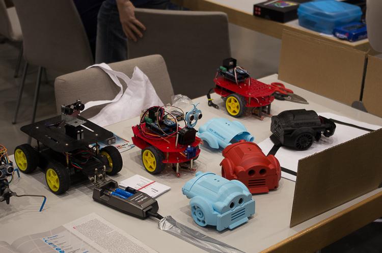 Diese kleinen Roboter gehören zum Stand der IGS Mühlenberg.