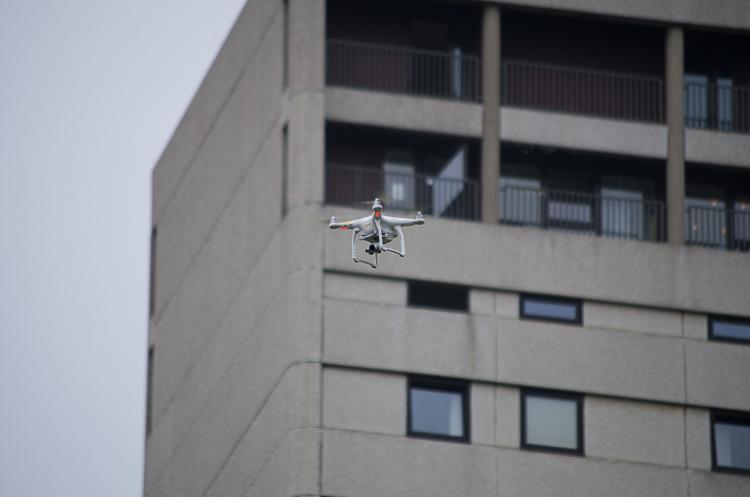 Hoch in die Luft steigt die Drohne über das Gelände der Maker Faire.
