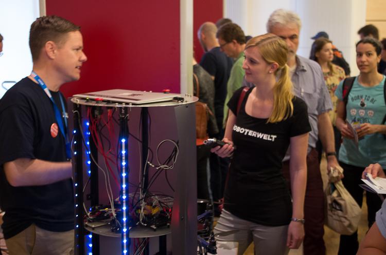 Roboterfans unter sich: Britta Zachau von Roboterwelt im Gespräch mit Markus Knapp von Robotiklabor.