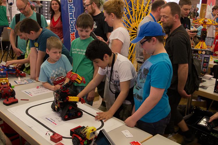 Roboter faszinieren Kinder.