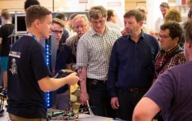 Markus Knapp vom Robotiklabor erklärt an seinem Stand interessierten Besuchern seine Projekte.