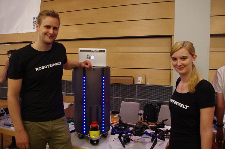 Sebastian Scholtysek und Britta Zachau von Roboterwelt gefällt der Roboter vom Robotiklabor - ein Vorbild für unser Projekt B1! © Roboterwelt