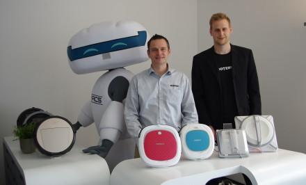 Unser Reporter Sebastian Scholtysek (rechts) traf den Geschäftsführer von Ecovacs Europe Harald Köhler (links) in der Europazentrale in Düsseldorf zum Interview
