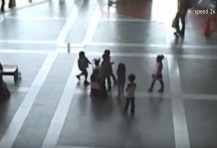 Roboter sucht Schutz vor fiesen Kindern