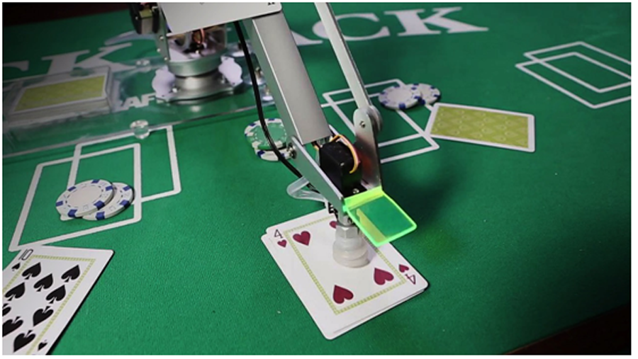 uArm nimmt Poker-Karte auf