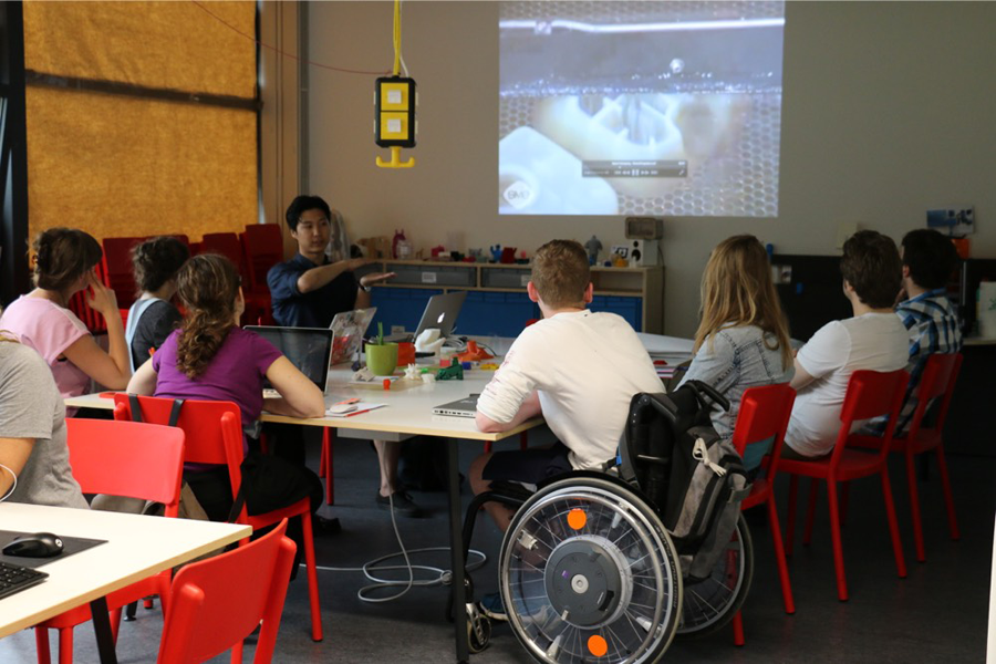 Kursteilnehmer bei einem Workshop im Fab Lab Berlin