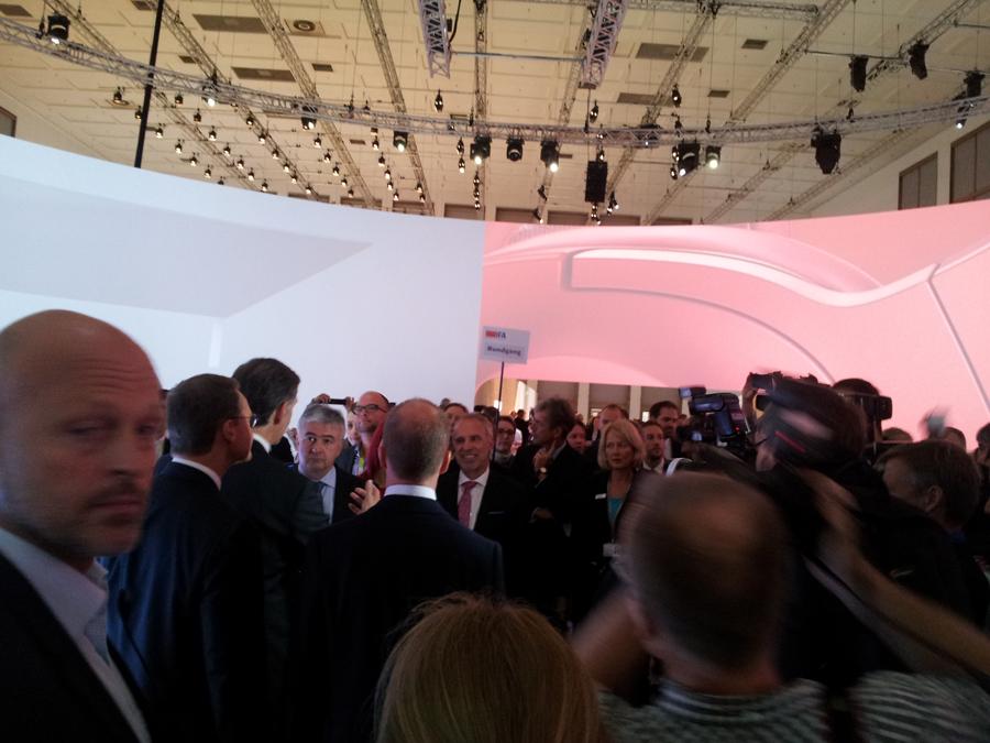 Müller und Oettinger im Pressegetümmel