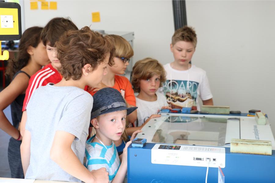 Schüler beim 3D-Drucken im Fab Lab Berlin
