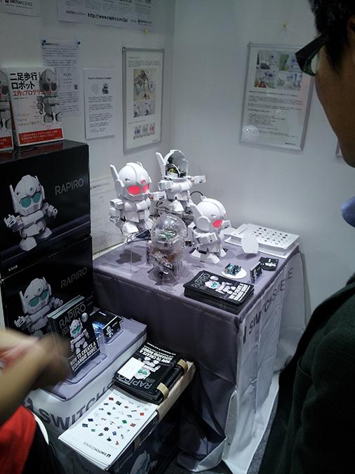 Der Rapiro ist Selbstbau-Roboter mit zwölf Servomotren. © Roboterwelt