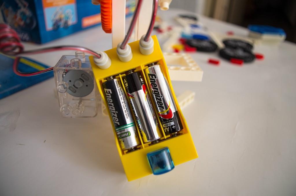 Das Batteriefach wird mit drei AA-Batterien versorgt. © Roboterwelt