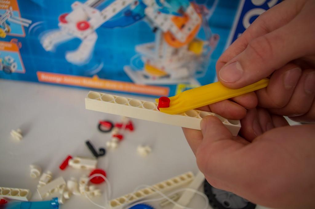 Zuweilen lassen sich die Teile nur schwer voneinader lösen – dafür gibt es aber das entsprechende Werkzeug.