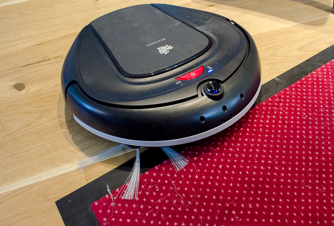 Zwar kann der Navigator auch auf kuzrflorigen Teppichen und Läufern eingesetzt werden, dort saugt er aber nicht so gründlich wie auf Hartböden. © Roboterwelt.de