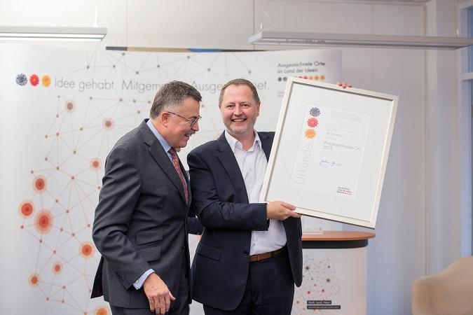 """CEO Saim Alkan bei der Vergabe der Auszeichnung """"Ausgezeichneter Ort 2015"""" der Initiative """"Deutschland - Land der Ideen"""". © aexea"""