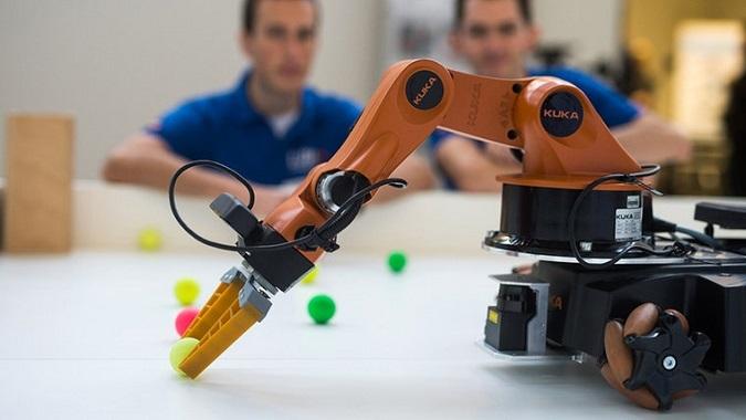 Abbildung 5 - Der Ball wurde erkannt und durch den Roboterarm gegriffen Abbildung 5 - Der Ball wurde erkannt und durch den Roboterarm gegriffen